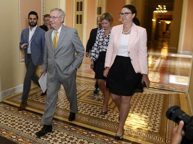 Líder da maioria no senado americano, o senador republicano Mitch McConnell, chega para a sessão extraordinária de domingo (31) (Foto: REUTERS/Mike Theiler)