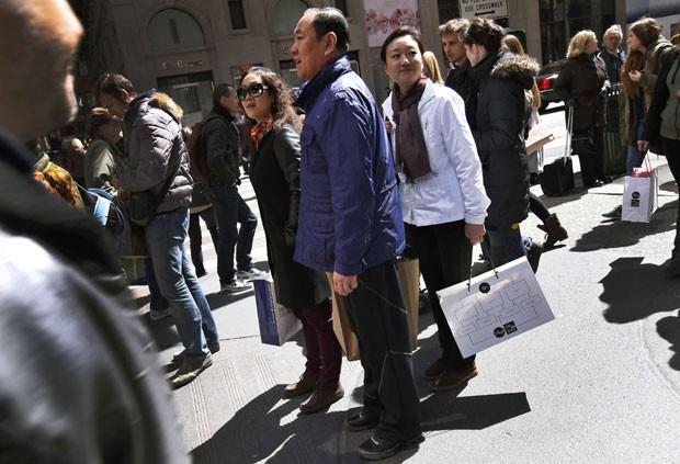 Chineses com sacolas de compras em Manhattan (Foto: Reuters)