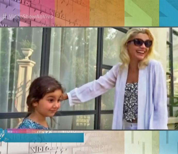 Flávia Alessandra leva a filha Olívia para conhecer cidade cenográfica de 'Êta Mundo Bom!' (Foto: Vídeo Show / TV Globo)