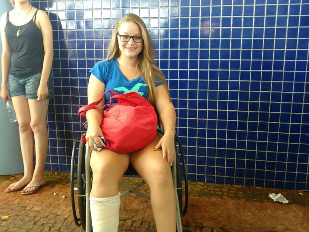 Gabriela Pereira fez questão de prestar a prova mesmo com o pé quebrado (Foto: Carol Malandrino/G1)