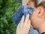 Miley Cyrus exibe anel de noivado ao cobrir o rosto fugindo de paparazzo