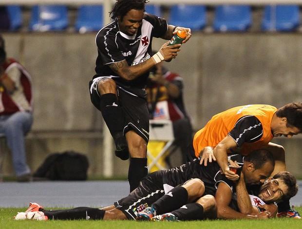 Alecsandro e Juninho gol Vasco x Botafogo (Foto: Marcelo Sadio / Ag. Estado)