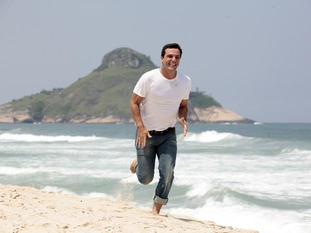 Rodrigo Lombardi grava cenas de Théo na praia (Foto: Salve Jorge/TV Globo)