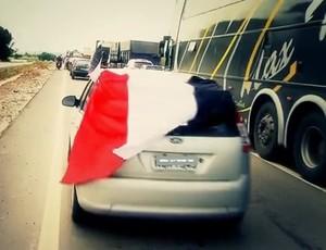 Torcida do Santa Cruz na estrada em 2011 (Foto: Reprodução/ SporTV)