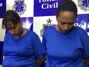 Irmãs gêmeas foram apresentadas nesta segunda-feira pela Polícia Civil (Foto: Ramon Ferraz/TV Bahia)