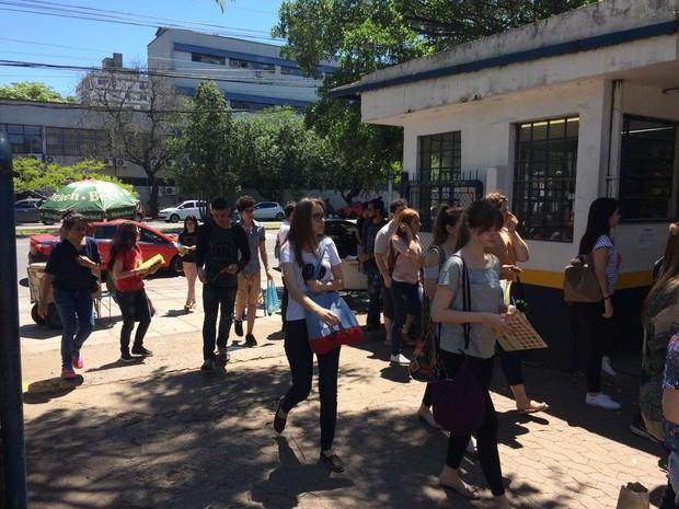 ENEM 2016 - DOMINGO (6) – PORTO ALEGRE (RS) – Estudantes chegam para o segundo dia do Enem na Escola Técnica Parobé, em Porto Alegre (Foto: João Henrique Bosco/G1)