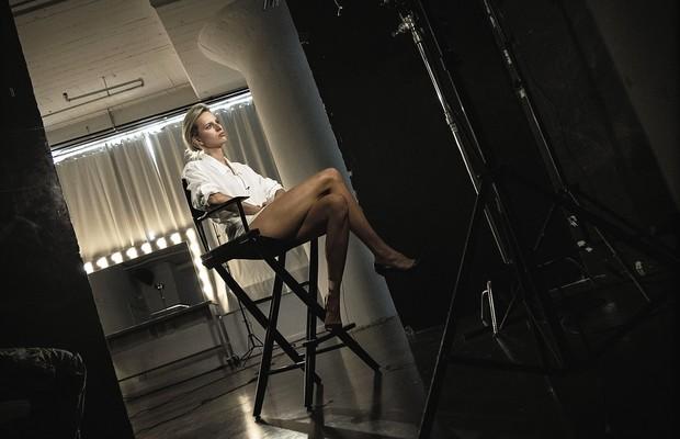 A modelo Karolina Kurkova  aguarda a produção para o início das fotos (Foto: Patrick Demarchelier e Peter Lindbergh)