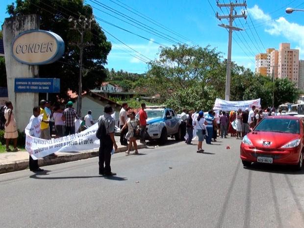 Moradores do bairro Jardim Nova Esperaça fizeram um protesto na manhã desta quinta-feira (Foto: Imagens/TV Bahia)