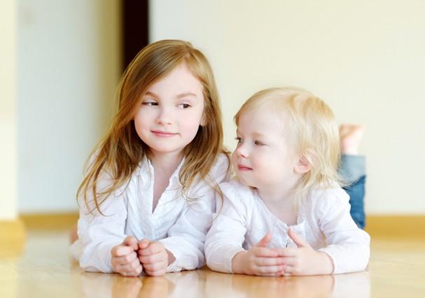 Irmãs mais velhas se dão melhor na vida (Foto: Thinkstock)
