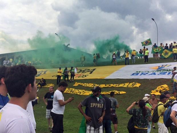 Manifestantes ocuparam o gramado que fica em frente ao Congresso Nacional, na Esplanada dos Ministérios (Foto: Jéssica Nascimento/G1)