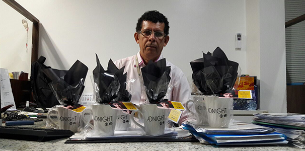 Edmilson Santana, executivo de vendas também recebeu brindes para o mercado publicitário  (Foto: Divulgação/ Marketing TV Gazeta)