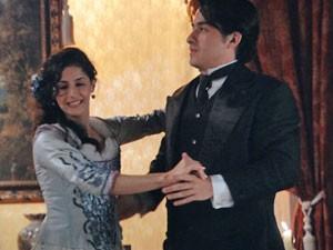 Luciano dança no palco (Foto: Lado a Lado/TV Globo)