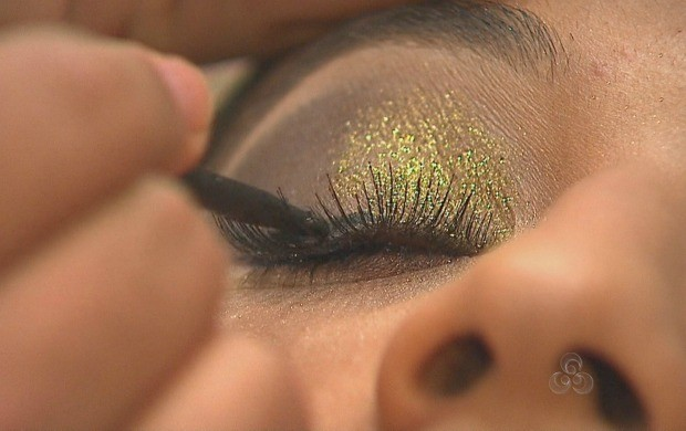 Maquiagem com muito brilho é tendência para o carnaval (Foto: Reprodução TV Acre)