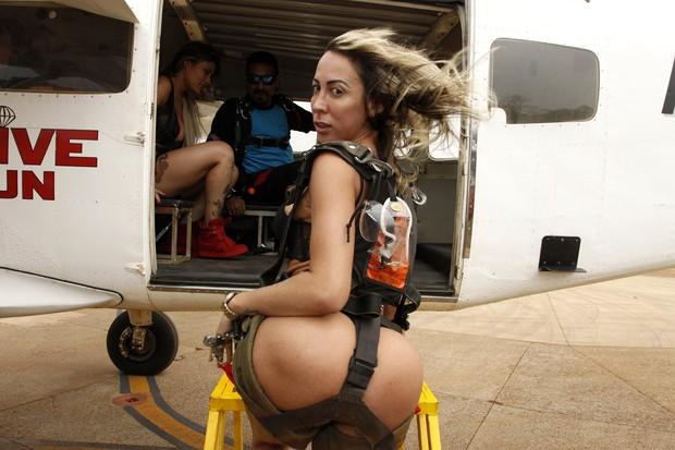 Candidatas a Miss Bumbum encaram aventura de paraquedas (Foto: Celso Tavares/EGO)