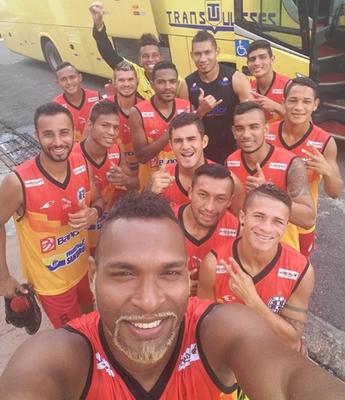 Jogadores do São Raimundo se reuniram para fazer uma 'selfie' após o treino recreativo deste sábado (9) em Marituba (Foto: Arquivo Pessoal/Martony Silva)
