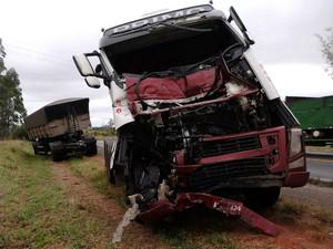Carreta carregada com açúcar atingiu a traseira de outro caminhão. (Foto: Cláudio Nascimento / TV TEM)