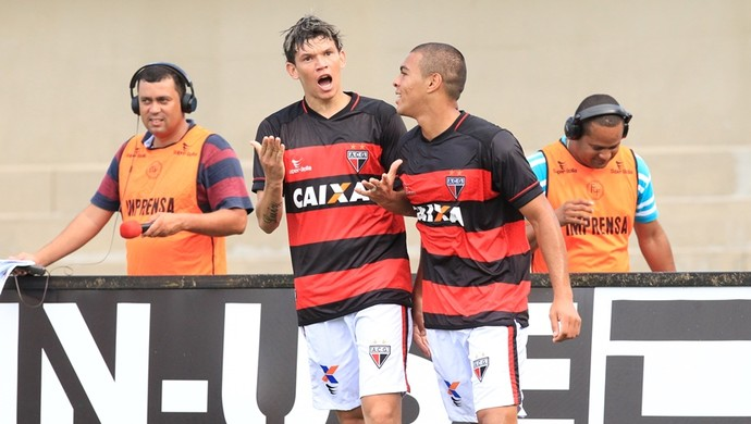 Júnior Viçosa, atacante, e Mateus Caramelo, lateral do Atlético-GO (Foto: O Popular)