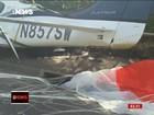 Pequeno avião com 3 a bordo cai em avenida e atinge carro nos EUA