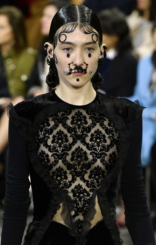 Modelo no desfile da Givenchy (Foto: Agência Getty Images)