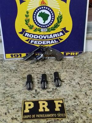 Arma apreendida em outra abordagem foi levada para delegacia local (Foto: Divulgação/PRF)