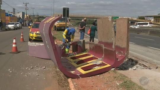 Ônibus atinge ponto de parada na Rodovia Anhanguera e deixa mulher ferida, em Sumaré