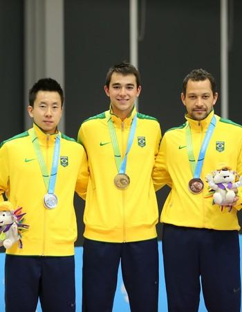 Gustavo Tsuboi (prata), Hugo Calderano (ouro) e Thiago Monteiro (bronze). TÊnis de Mesa pan-americano 2015 (Foto: Saulo Cruz/Exemplus/COB)