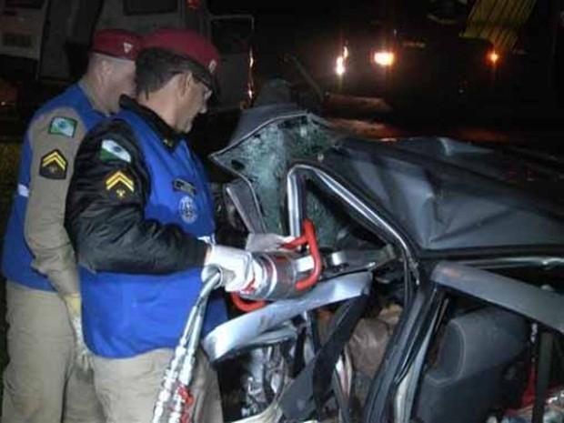 Bombeiros cortaram a lataria para retirar as vítimas (Foto: www.portalparaguacu.com.br)