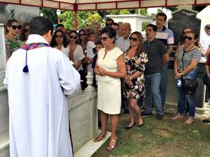 Familiares e amigos acompanharam enterro de Milton Cordeiro, em Manaus (Foto: Paulo Frazão / Rede Amazônica)