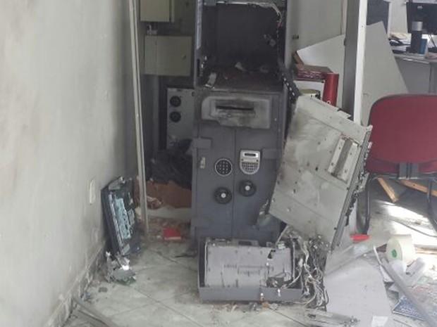 Caixas eletrônicos ficaram destruídos (Foto: Reprodução/TV TEM)