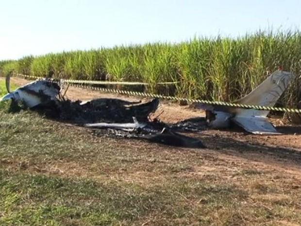 Avião caiu em canavial de Nova Londrina e fogo se espalhou pela plantação (Foto: Reprodução/ RPC TV)