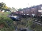 Três ficam feridos após trem atingir carro em Divinópolis