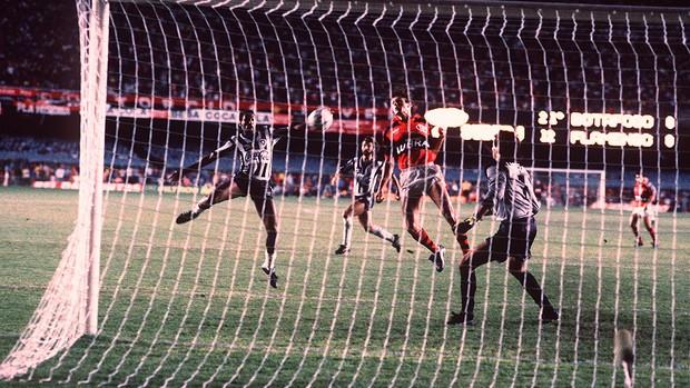 Maurício gol Botafogo Flamengo 1989 Centenário (Foto: Marcos André Pinto / Arquivo Agência O Globo)