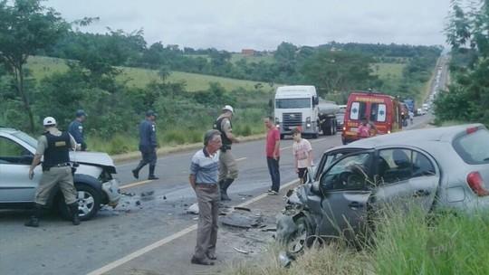 Batida de frente deixa três feridos entre Alpinópolis e Passos, MG