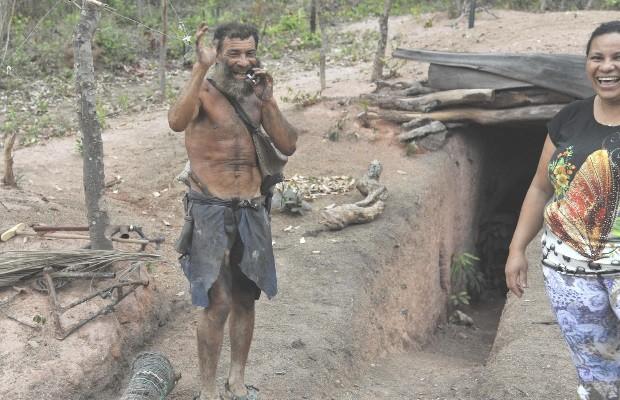 Raimunda Tereza Calado é irmã de Antônio Calado, que vive dentro de um buraco há 25 anos, em Goiás (Foto: Aline Caetano/TJ-GO)