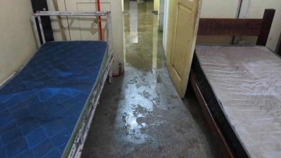 Cômodo usado por funcionários foi alagado e colchões estão sujos e velhos (Foto: Felipe Souza/BBC Brasil)