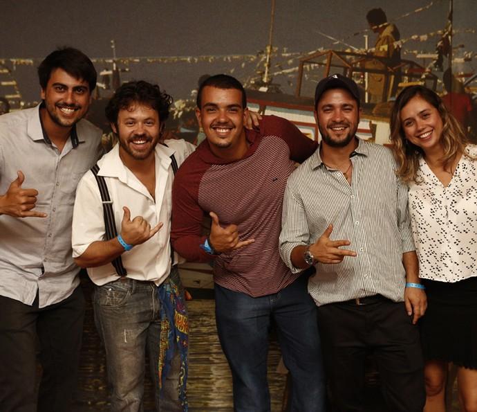 Parte da equipe de 'Velho Chico' posa descontraída no evento que acontece no galpão dentro dos Estúdios Globo (Foto: Inacio Moraes/ Gshow)