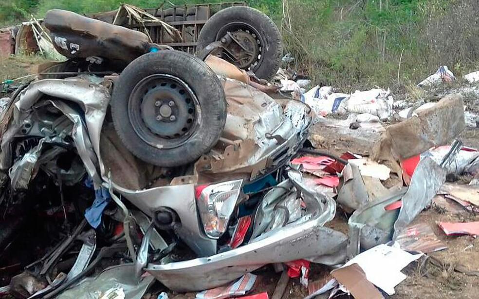Carreta transportava sal e carga caiu no terreno ao lado da rodovia (Foto: Itiruçu online)
