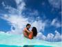 Ricardo Pereira e a mulher, Francisca, posam no mar: 'Nosso novo bebê'