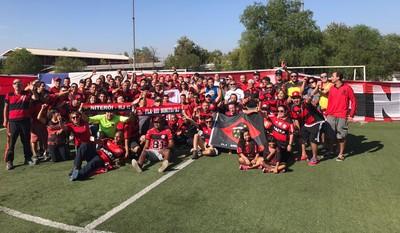 Eduardo Bandeira de Mello e rubro-negros brasileiros são recebidos por torcedores do Club Deportivo Flamengo, do Chile (Foto: Melissa Quintanilha)