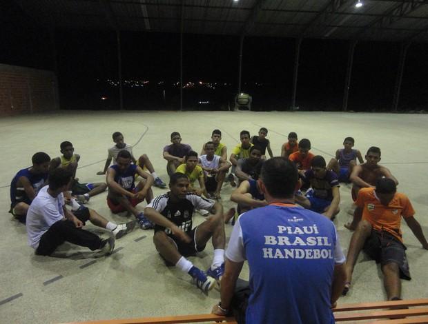 Jogadores do Caic Balduino acompanham orientações do técnico Giuliano Ramos (Foto: Josiel Martins/GLOBOESPORTE.COM)