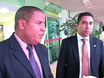 Os advogados Álvaro Gustavo Chagas de Assis e César Júnior na saída da 1ª DP, na Asa Sul (Foto: Lucas Nanini/G1)