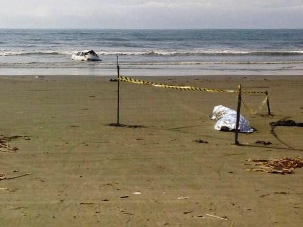 Após acidente em Peruíbe, carro foi parar dentro do mar (Foto: G1)