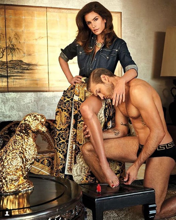 Foto de Cindy Crawford com modelo seminu que provocou trolagem da filha (Foto: Reprodução/Instagram)