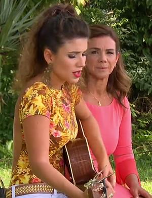 Paula Fernandes e a mãe no 'Estrelas' (Foto: TV Globo)