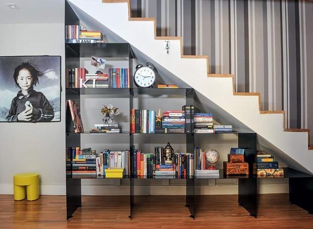 espaco-escada-estante-chapas-metal-livros (Foto: Edu Castello/Editora Globo)