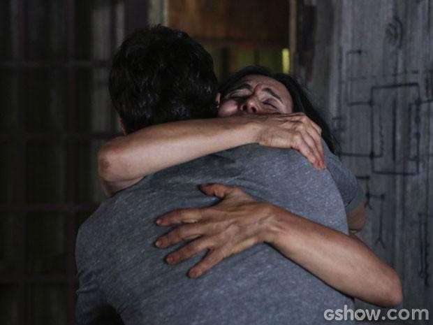 William e Berenice se abraçam (Foto: Além do Horizonte / TV Globo)