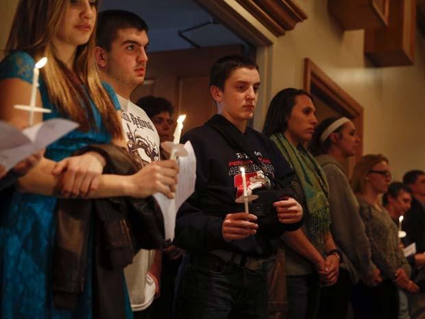 Pessoas fazem vigília em igreja de Murrysville pelas vítimas do atentado na Franklin Regional High School (Foto: REUTERS/Shannon Stapleton)