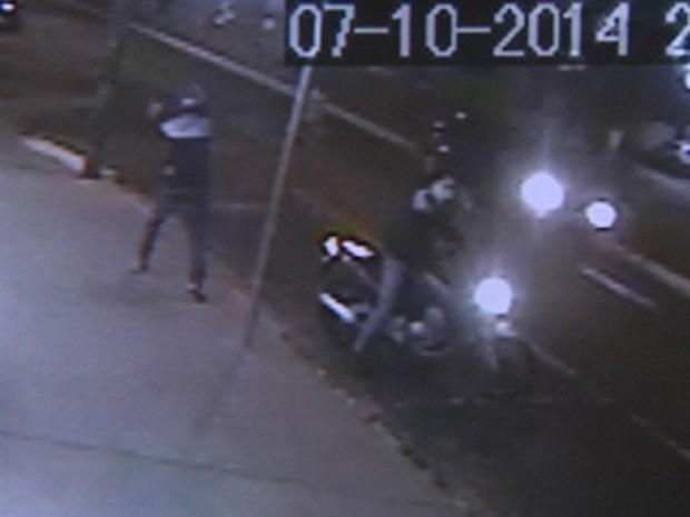 Assaltante fora da moto dispara contra a farmácia em Rio Preto  (Foto: Reprodução/ TV TEM)