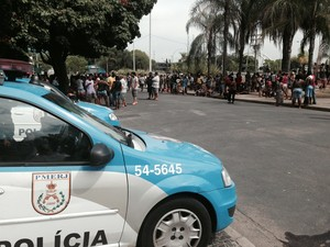 Cerca de 300 pessoas se reuniam em frente à Prefeitura do Rio em torno de 10h40. (Foto: Matheus Rodrigues / G1)