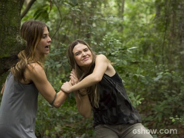 Lili tenta fugir, mas Paulinha puxa a loira pelos cabelos (Foto: Fábio Rocha/TV Globo)